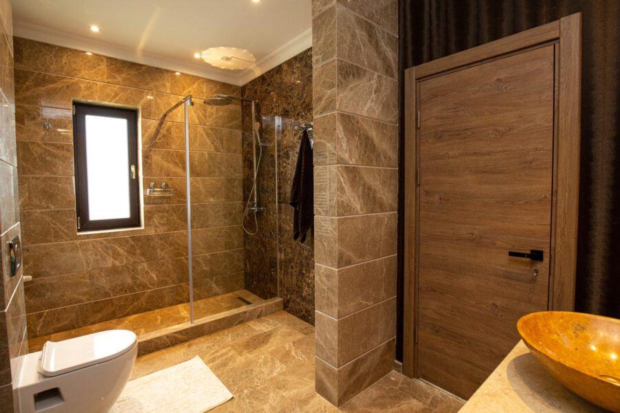 marmura emperador gold pentru baie